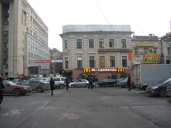 Вид на здание от выхода со